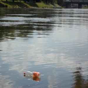 El turista responsable jamás dejará una botella de plástico tirada