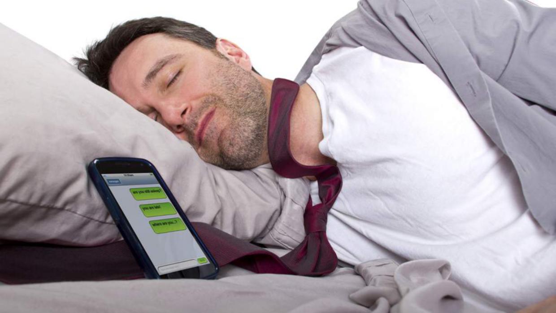 Los peligros de dormir con el móvil o la tableta